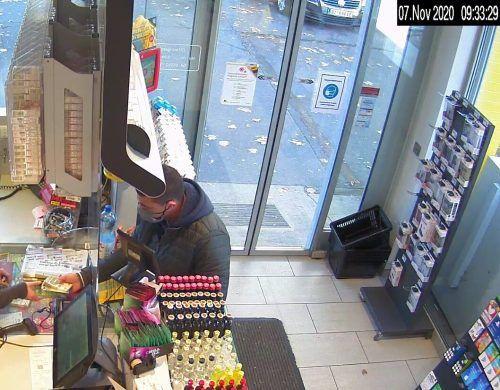 Die Polizei sucht nach diesem Mann. Er ist mit einem silberfarbenen Skoda unterwegs.