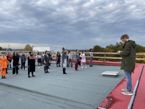 Die Schülerinnen der HTL Dornbirn filmten eine alternative Modenschau auf dem Dach des Schulgebäudes. cth