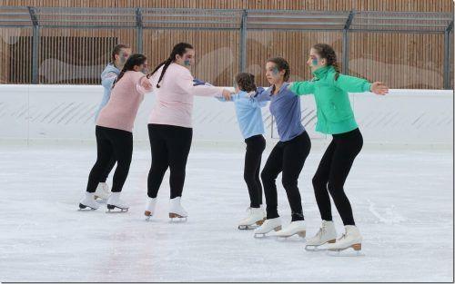 Die Sektion Eiskunstlauf findet regen Zulauf. Auf dem Bild einige der fast 40 Kinder und Jugendlichen bei einem Schaulauf. L. Knobel
