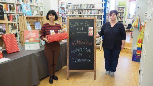 """Die stellvertretende Bibliotheksleiterin Barbara Frick und Bibliotheksleiterin Sibylle Scherer freuen sich über alle abgegebenen """"Schuhkartons"""".Heilmann"""