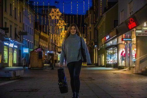 Die Weihnachtsbeleuchtung in der Bregenzer Kaiserstraße leuchtet bereits. VN/Paulitsch