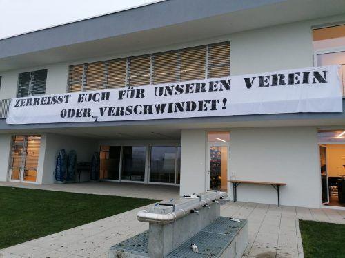 Dieser Banner prangte gestern über dem Haupteingang des Trainingscampus des SCR Altach. Eine klare Botschaft der Fans an Spieler, Betreuer und Funktionäre.Adam