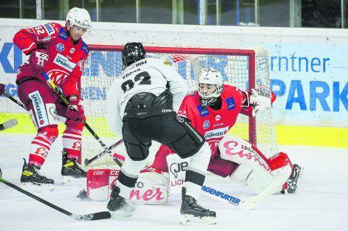 Dornbirn-Stürmer Andrew Yogan schiebt den Puck an KAC-Goalie Madlener zur 2:1-Führung ins Gehäuse. gepa