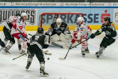 Dornbirn-Torhüter Thomas Höneckl lief gegen den KAC - im Bild Manuel Ganahl und Manuel Geier - zu Höchstform auf. stiplovsek