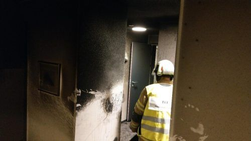 Durch die starke Rauch- und Rußentwicklung wurde die Wohnung erheblich beschädigt. Die Bewohnerin und ihre Nachbarin erlitten eine Rauchgasvergiftung. FW Frastanz