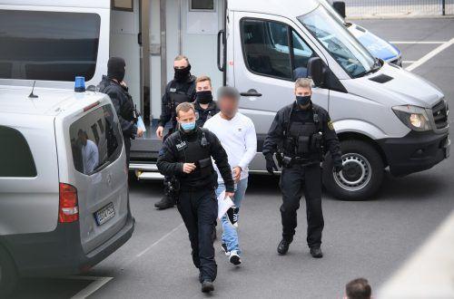 Ein im Fall um den Kunstdiebstahl im Grünen Gewölbe verdächtiger Mann wird von Polizisten in das Gebäude des Oberlandesgerichts geführt. APA