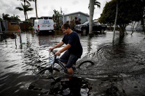Ein Junge radelt durch die überfluteten Straßen von Davie, Florida. Reuters