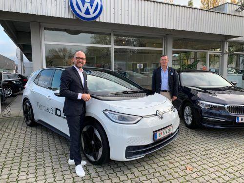 Ein Mann des Volkes: Bregenzer Stadtchef Michael Ritsch (l.) und Jörg Peham beim Autohaus Strolz mit dem VW ID.3. Stadt Bregenz