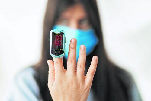 Ein Pulsoximeter wird wie ein Chip auf den Finger gesteckt und misst die arterielle Sauerstoffsättigung des Bluts sowie den Puls.Hersteller