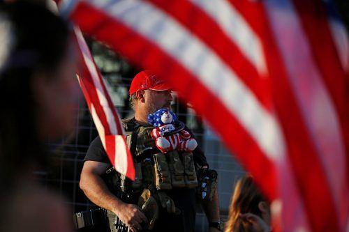 Ein Trump-Unterstützer demonstriert mit Teddybär und halbautomatischer Waffe gegen das Ergebnis der US-Wahl.RTS
