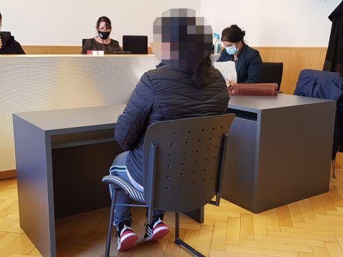 Eine der beiden des Diebstahls verdächtigen Frauen als Angeklagte bei der Verhandlung am Landesgericht Feldkirch. ECKERT