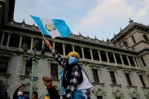 Eine Frau demonstriert mit der guatemaltekischen Flagge in Guatemala-Stadt gegen PräsidentAlejandro Giammattei. reuters