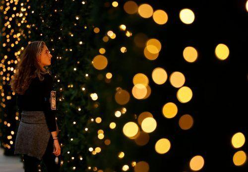 Eine Passantin bewundert ein weihnachtlich eingerichtetes Schaufenster im Kaufhaus Selfridges in der britischen Hauptstadt London. AFP