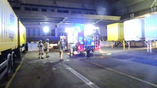 Einsatz im Post-Logistikzentrum: Neben der Feuerwehr waren auch die Polizei, die Vkw sowie ein externes Brandschutzunternehmen vor Ort. FW Wolfurt