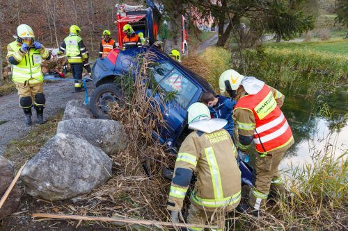 Einsatzkräfte der Feuerwehr Frastanz bargen den Pkw, der in einen Teich gestürzt war. HOFMEISTER