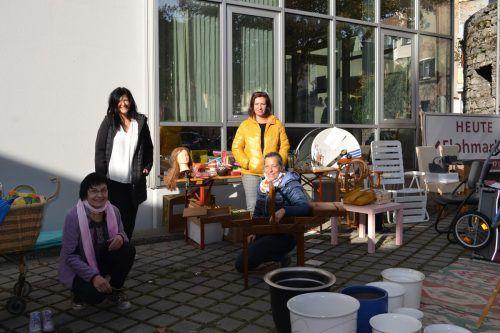 Elisabeth Saurer und Bettina Bitsche (vorne) sowie Brigitte Vonier und Margret Schallert (hinten) gehören dem Flohmarktteam an.BI
