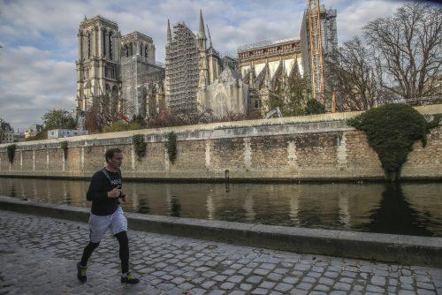 Erstmals nach dem Brand wird in der Kathedrale Notre-Dame wieder gesungen. ap