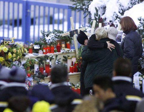 Etwa 600 Angehörige der Opfer der Seilbahnkatastrophe von Kaprun nahmen am Trauergottesdienst anlässlich des ersten Jahrestages bei der Gedenkstätte teil.  AP