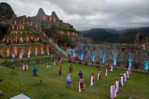 Feierlich aber mit Abstand wurde die Inka-stätte wiedereröffnet. afp