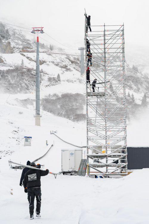 Fleißige Hände beim Aufbau. Rund 30 Personen sind im Vorfeld mit der Vorbereitung für die Weltcupveranstaltung in der Zürser Flexenarena betraut.VN/Spilovsek