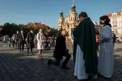 Freiluftmesse in Prag: Erstmals seit vielen Wochen dürfen Tschechen hoffen, das Schlimmste bald hinter sich bringen zu können. APA