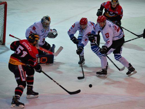 Für die VEU - im Bild Dylan Stanley (l.) und Kevin Puschnik - geht es gegen Jesenice im Grunddurchgang der AHL um die ersten Punkte. Lerch