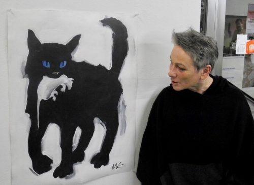 Galeristin Lisi Hämmerle mit einer bezeichnenden Arbeit von Marina Koldobskaya. vn/cd