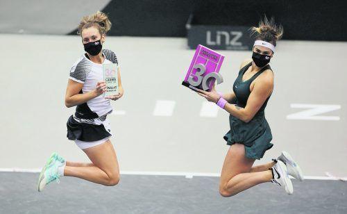 Glücksgefühle trotz Maske bei Linz-Turniersiegerin Aryna Sabalenka (r.) aus Weißrussland und ihrer belgischen Finalgegnerin Elise Mertens. GEPA