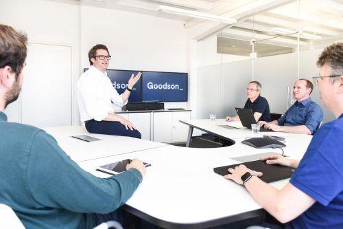 Goodson Geschäftsührer Hansjörg B. Gutensohn (2.v.l.) freut sich über gute Geschäftslage und sucht neue Fachkräfte. FA/Mittelberger
