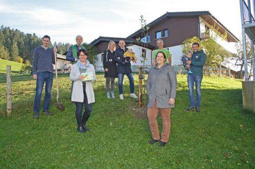 Gruppenbild mit Abstand: Gemeindevertreter der familieplus-Gemeinde Sulzberg pflanzten stellvertretend den neuen Jahrgangsbaum im Ortsteil Thal.