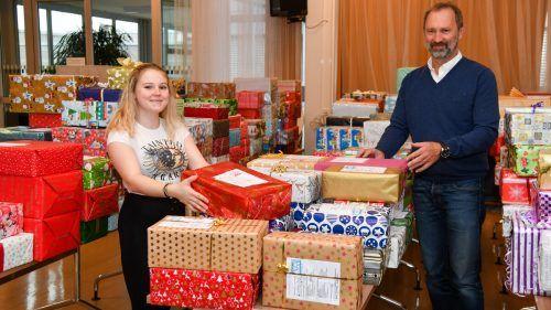 Harald Wäger hat alle Hände voll zu tun, um die weihnachtlichen Pakete versandfertig zu machen. Vn/Lerch