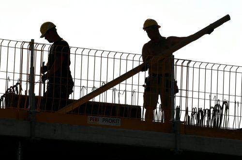 Hart arbeitende Menschen würden nun von der türkis-grünen Bundesregierung bestraft, monieren Kritiker. APA