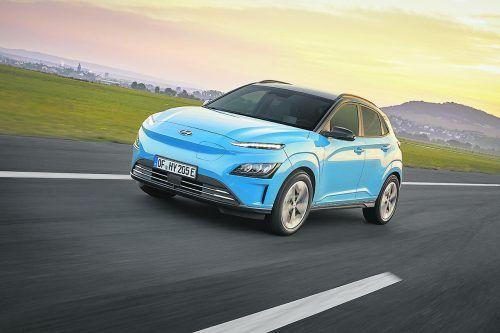 Hyundai liftet die Elektrovariante des Mini-Crossovers Kona. Auffälligste Änderung ist die nun komplett geschlossene Frontpartie, die den Stromer stärker von den konventionell motorisierten Ausführungen abhebt. Innen gibt es nun digitale Instrumente und mehr Assistenzsysteme. Der bis zu 204 PS starke E-Antrieb bleibt unverändert, die Reichweite liegt weiter bei bis zu 484 Kilometern.