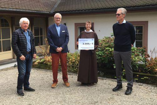 Im Kreuzgang des Klosters kam es zur Scheckübergabe (v. l.): Kurt Mathis, Manfred Allmair, Oberin Sr. Rita-Maria mit dem Spendenscheck, Sigfried Böhler.mathis