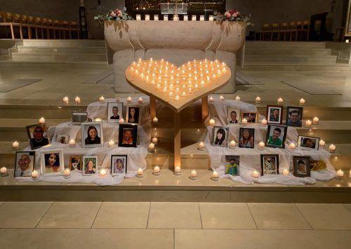 In der Erlöserkirche gedachten Mütter und Väter ihrer verstorbenen Kinder bei einem Gottesdienst.mima