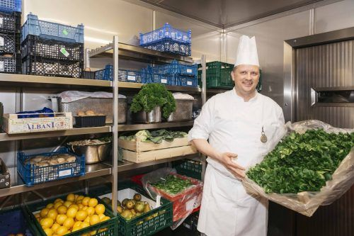 In der Krankenhausküche verwendet man nach Möglichkeit Lebensmittel aus der Region, dafür gab es jetzt eine Auszeichnung.Krankenhaus