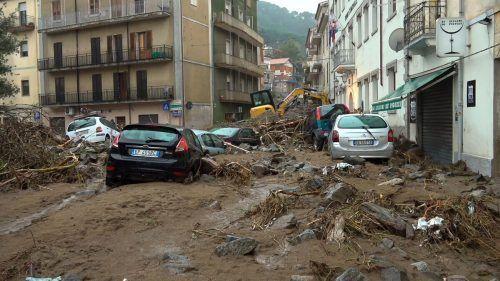 In der Stadt Bitti steckten die Autos tief im Schlamm und Geröll. Reuters