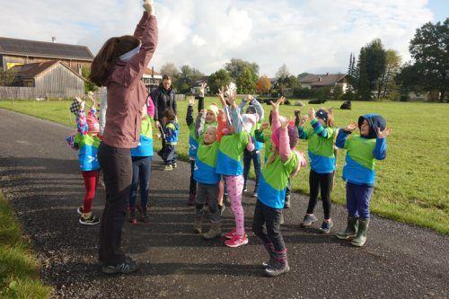 In die Challenge gestartet wurde mit Aufwärmübungen, ehe es für die Kinder mehrere Stationen zu bewältigen gab. Kindergarten Meiningen