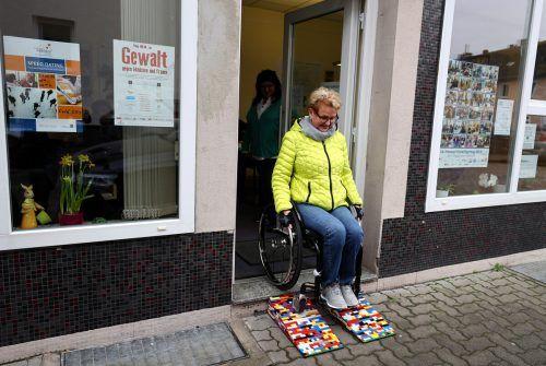 """Initiatorin Rita Ebel, Spitzname """"Lego-Oma"""", testet eine bunte Legorampe eines Geschäftslokals in der Innenstadt von Hanau. Reuters"""
