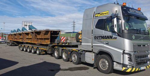 Insgesamt 14 Achsen, mehr als 42 Meter lang mit einem Gewicht von ca. 160 Tonnen, das sind die Daten für den Spezialtransport.