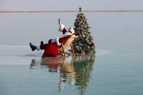 Issa Kassissieh, Weihnachtsmann von Jerusalem, posiert für einen Spot mit einem Weihnachtsbaum auf einer Salzformation im Toten Meer. AFP