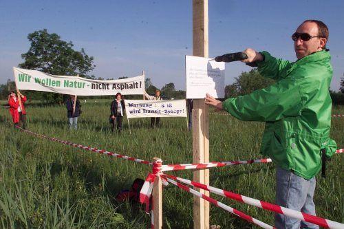 Ja, er ist es. Der heutige Umweltlandesrat Johannes Rauch fixiert im Ried Protestschilder.