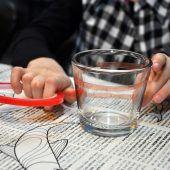 """<p class=""""bodytext"""">Jetzt bringt ihr die Zimtstangen dicht an dicht auf dem Glas an und drückt sie leicht auf dem Doppelklebeband fest.</p>"""