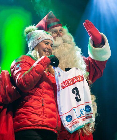Joulupukki, der finnische Weihnachtsmann, überreichte im letzten Jahr Katharina Liensberger die Startnummer für den Slalom in Levi.gepA