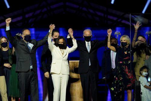 Kamala Harris (2. v. l.) und Joe Biden (3. v. l.) feiern den gemeinsamen Sieg. Sie wandten sich in der Nacht auf Sonntag an die Nation. REUTERS