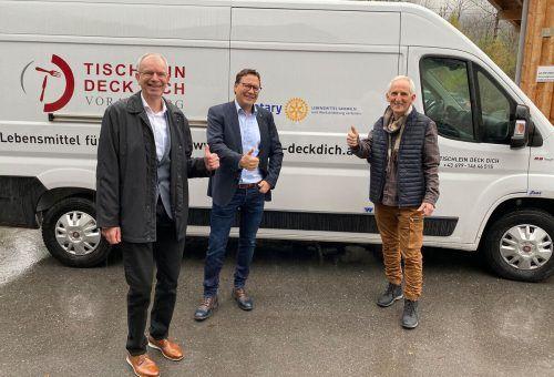 Karl Lhotta und Stefan Fischnaller von Rotary Vorarlberg übergaben den Kühltransporter an Elmar Stüttler.U. Dunzinger-Präg
