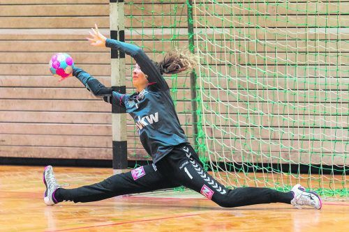 Katja Rauter als Torfrau im Handball und beim Homeschooling als Professorin für Mathematik an der Handelsakademie Lustenau.VN/DS