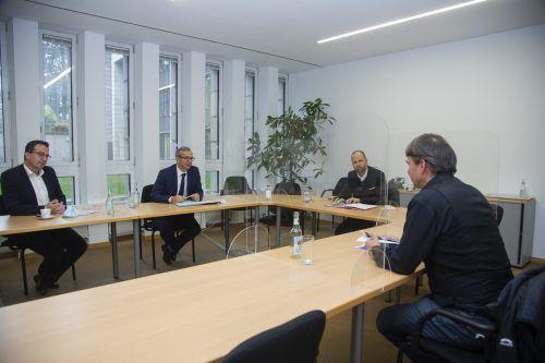 Kurt Fischer (vorne) stellt die Herren von der Asfinag zum lässt sich zusammen mit Landesrat Marco Tittler die CP-Variante erklären.VN/Paulitsch
