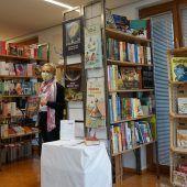 """<p class=""""caption"""">Kurz vor dem Lockdown deckte sich Bürgermeister Gert Mayer in Satteins noch mit Lesestoff ein. Jetzt gibt es die Bücher nur mehr per Zustellung. Bücherei Satteins</p>"""