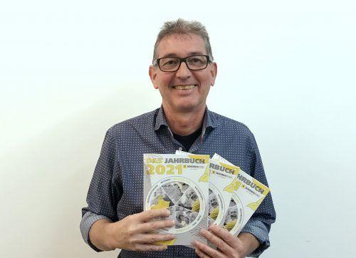 LGF Franz Himmer präsentiert das Jahrbuch.Seniorenbund